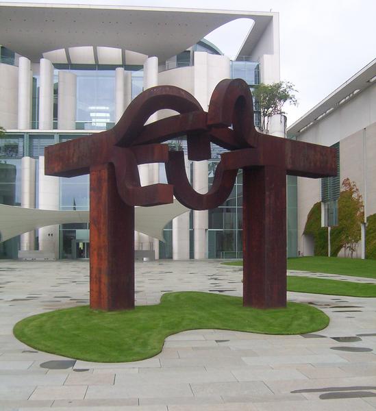 File:Berlin-Skulptur vor dem Kanzleramt.png