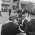 Bezoek President Bourguiba van Tunesie aankomst Schiphol koningin Juliana en pri, Bestanddeelnr 919-3235.jpg