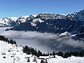 Blick über das Tal von Lauterbrunnen Richtung Wengen und Bergstation Männlichen - panoramio.jpg