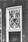 foto van Pand met klokgevel met hoekvoluten, contourversieringen en geprofileerde, segmentvormige afdekking met kuif (Lod.XV). Hardstenen plint, geprofileerde, hardstenen vensterdorpels, gesneden deur, kalf en bovenlicht
