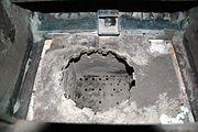 Brennerraum einer Holzhackschnitzelheizung der Fa. Hargassner, Schnecke in der Mitte dient zur Ascherückfuhr in den Brennerraum