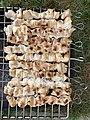 Brochettes de poulet mariné en fin de cuisson au barbecue (avril 2020).jpg
