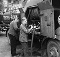 Bundesarchiv B 145 Bild-F011252-0001, Bonn, Flüchtling mit seinem Tankfahrzeug.jpg
