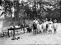 COLLECTIE TROPENMUSEUM Een groep Europese kinderen in badkleding op het strand bij Perbaoengan TMnr 10023967.jpg