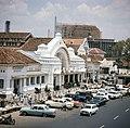COLLECTIE TROPENMUSEUM Het hoofdpostkantoor met op de achtergrond de Istiqlal moskee in aanbouw TMnr 20018028.jpg