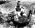 COLLECTIE TROPENMUSEUM Man bij een osa'osa een ronde stenen zetel voor een dorpshoofd bij feestelijke gelegenheden TMnr 10004912.jpg