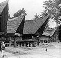 COLLECTIE TROPENMUSEUM Toba Batak dorpsgezicht TMnr 10017223.jpg