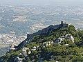 Castelo dos Mouros visto do Palácio Nacional da Pena em Sintra (37104578892).jpg