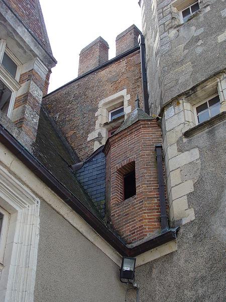 Château de Béthune, La Chapelle d'Angillon (Cher). Cour intérieure (XVe s.). Détail. Le donjon (XIe s.) est à droite.