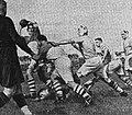 Championnat de France de rugby 1939, l'avant biarrot Ithurra passe son ballon.jpg