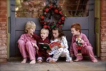 English: Four children reading the book How th...