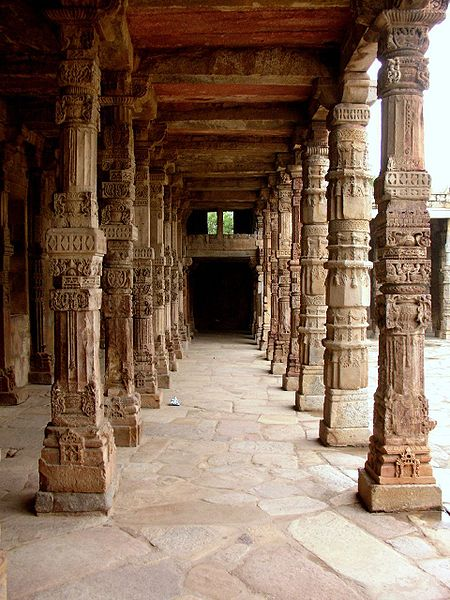 File:Columns of the coloister at Quwwat ul-Islam Mosque, Qutb complex.jpg
