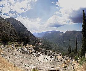 Sanctuaire de Delphes: théâtre et temple d'Apollon.