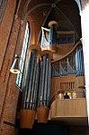 Der mehrfach ausgezeichnete Organist und Kirchenmusiker Ulfert Smidt an einem seiner Arbeitsplätze, der Großen Orgel in der Marktkirche von Hannover.jpg