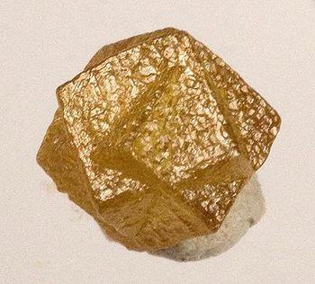 cristallo di diamante giallo, formato dalla compenetrazione di due cubi.