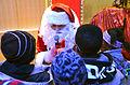 Die!!! Weihnachtsfeier 2013, 366 Manchmal fragte der Weihnachtsmann die Kinder nach einem Lied oder einem Gedicht, bevor sie ihre Geschenke mit auf den Heimweg bekamen.jpg
