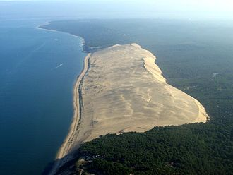 Dune of Pilat - Dune of Pilat, viewed from the South. On the left, the Atlantic ocean; to the north, in the background, the entrance to Arcachon Bay