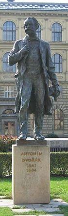 Dvořákova socha před pražským Rudolfinem
