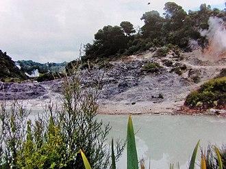 Waiotapu - Image: Echo Lake Wai o tapu.