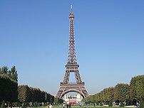 {{fr}} La tour Eiffel vue depuis le Champ-de-Mars.