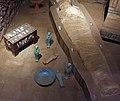 Epoca tarda, ricostruzione di un sepolcro con sarcofago e amuleti, 664-332 ac ca. 02.jpg