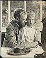 Erik Werenskiold med sin sønn Dagfinn på armen, ca 1910 (7248437344).jpg