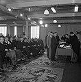 Fabrieksdirecteur Jan van Abbe (geheel rechts) bij een uitreiking voor een zaal , Bestanddeelnr 255-8567.jpg