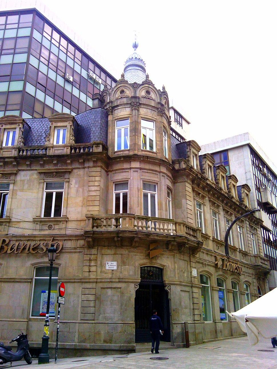 Detalle da fachada no chafrán do edificio.