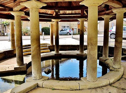 Fontenois-lès-Montbozon. Fontaine-lavoir couverte. (3).
