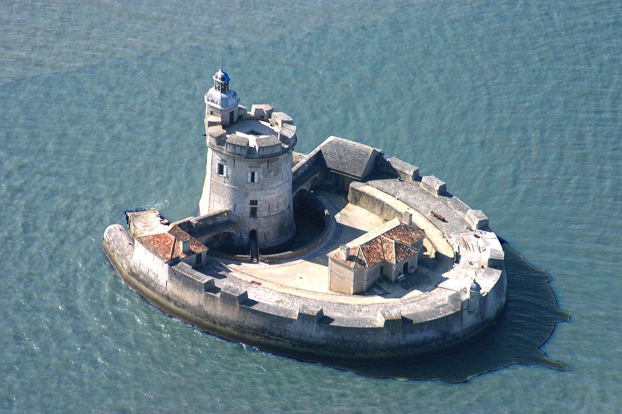 Photographie du Fort Louvois (Charente-Maritime) classé aux Monuments historiques le 14 juin 1929 téléversée à l'occasion de l'édition 2017 de Wiki Loves Monuments / CC BY-SA 4.0 Jacques Dassié sur Wikimedia Commons.