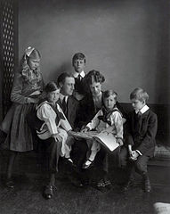 Franklin Roosevelt family portratit 1919.jpg