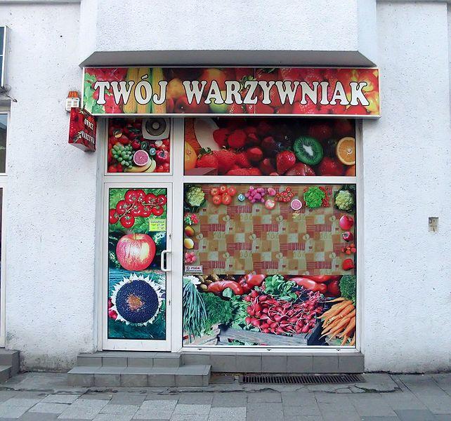 File:Fruit-greengrocery at ulica Starowiejska, Gdynia.jpg