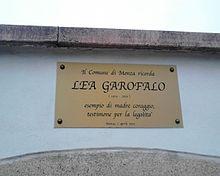 Targa in memoria a Lea Garofalo fuori dal cimitero del quartiere San Fruttuoso di Monza.