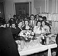 Gasten op een dansfeest in een van de modehuizen laten zich een drankje inschenk, Bestanddeelnr 254-0158.jpg