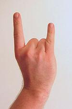 La mano cornuta