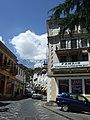 Gjirokastra - Straße mit altem Hotel.jpg