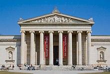 La Glyptothek en Munkeno, dizajnita fare de arkitekto Leon von Klenze kaj konstruis 1816-1830, ekzemplon de novklasika arkitekturo.