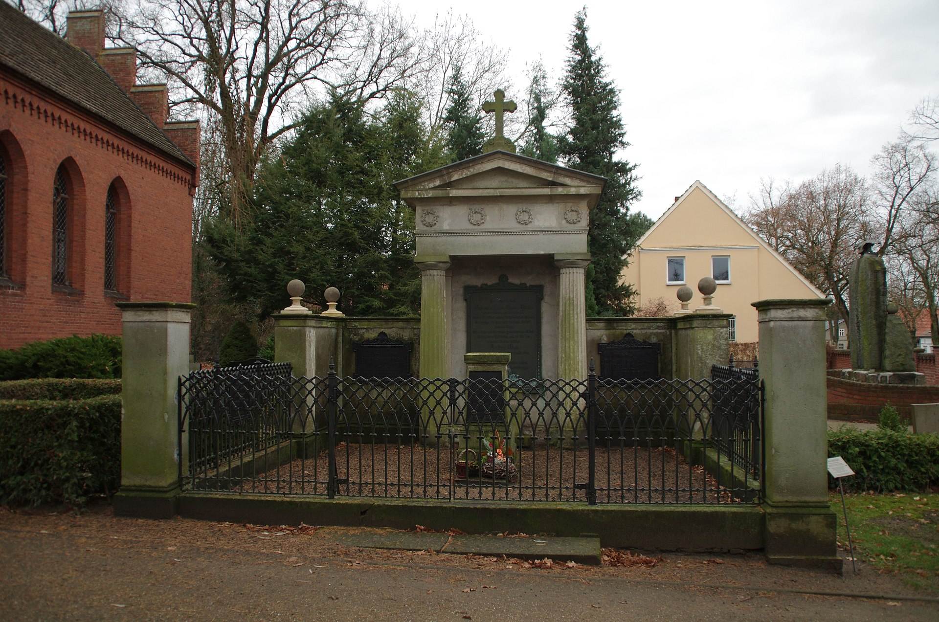 Grabstätte Hölsche-Zerahn Walchow Fehrbellin.jpg