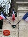 Gros plan portail La Boisserie (panneau et drapeaux).jpg