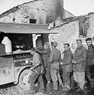 1st Midlothian Artillery Volunteers - Gunners of 78th Field Regiment, Royal Artillery queuing at a NAAFI refreshment van in Italy, 22 November 1943 (IWM NA8953)