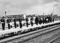 HUA-171882-Afbeelding van het N.S.-harmonieorkest tijdens de opening van het nieuwe N.S.-station Vlaardingen West te Vlaardingen.jpg