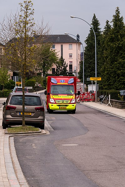 Den CR132 - zu Mënsbech, grad wéi zu Schëtter heescht d'Strooss hei Rue principale.