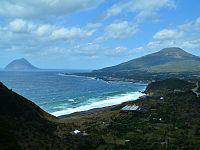 大坂トンネル展望台から眺める八丈富士と太平洋に浮かぶ八丈小島