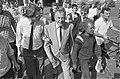 Hans Van Mierlo omringd door nieuwgierigen, Bestanddeelnr 934-5032.jpg
