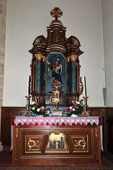 """De Jousefs-Altor, de rietsen Niewenaltor an der Kierch zu Hiefenech. Um Altor déi barock Statu vum Hellege Matthias, déi soss bei der Entree hannen an der Kierch steet. Just an der Ouschterzäit steet se um Jousefsaltor, dee während der """"Klenger Kiermes"""", der Matthias-Kiermes, als Votivaltor déngt."""