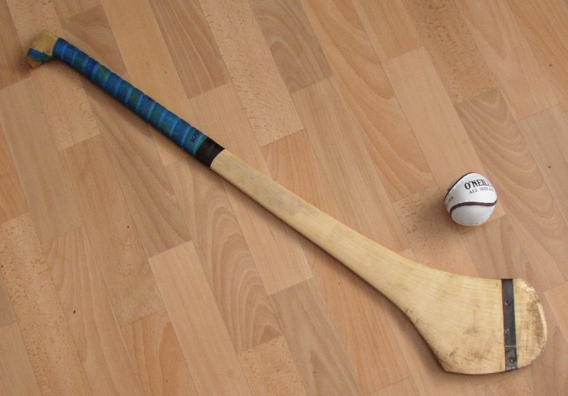 ファイル:Hurling Ball and Hurley.JPG