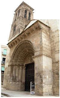 Puerta principal y torre