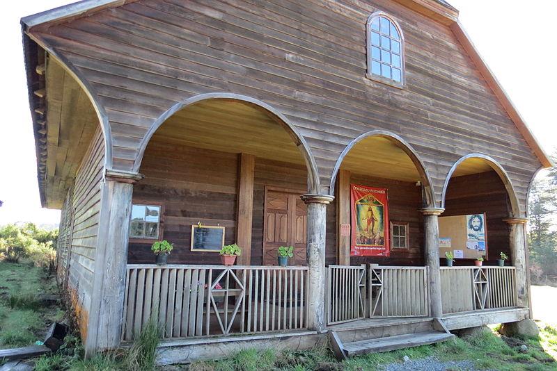 File:Iglesia de Colo - pórtico.JPG