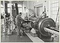 In het stoomgemaal bij de unieke nog werkende stoommachine van Stork uit Hengelo, bouwjaar 1923., NL-HlmNHA 54014481.JPG