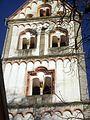 Ingelheim (Rheinland-Pfalz)-Sankt Remigius-Kirchturm von Westen-obere Geschosse mit Rundbogenfries und Biforien-15012012.JPG